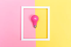 Farbige Glühlampe auf einem duotone Hintergrund Lizenzfreie Stockfotografie