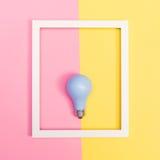 Farbige Glühlampe auf einem duotone Hintergrund Lizenzfreies Stockbild