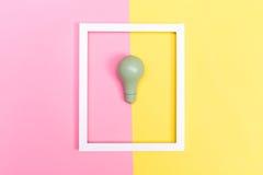 Farbige Glühlampe auf einem duotone Hintergrund Lizenzfreies Stockfoto