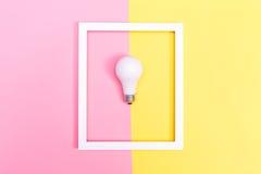 Farbige Glühlampe auf einem duotone Hintergrund Stockbild
