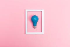 Farbige Glühlampe auf einem rosa Hintergrund Stockbild