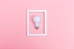 Farbige Glühlampe auf einem rosa Hintergrund Stockfoto
