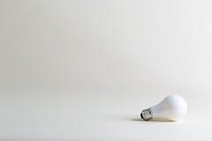 Farbige Glühlampe auf einem weißen Hintergrund Lizenzfreie Stockfotografie