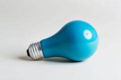 Farbige Glühlampe auf einem weißen Hintergrund Stockfoto