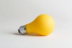 Farbige Glühlampe auf einem weißen Hintergrund Lizenzfreies Stockbild