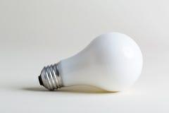 Farbige Glühlampe auf einem weißen Hintergrund Lizenzfreie Stockbilder