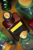 Farbige Glas-pharm Flaschen stockbilder