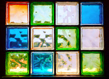 Farbige Glasblöcke im Fenster Stockbild