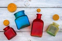 Farbige Glasflaschen mit Stoppern stockbilder