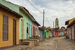 Farbige Häuser auf einer Kopfsteinstraße in Kolonial-Trinidad, Kuba Lizenzfreie Stockfotografie