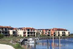 Farbige Häuser mit Pier nahe dem Wasser Lizenzfreie Stockbilder