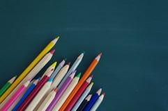 Farbige hölzerne Bleistifte Stockfotos