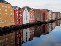 Farbige hölzerne Lager Trondheim reflektiert im Wasser lizenzfreie stockfotografie