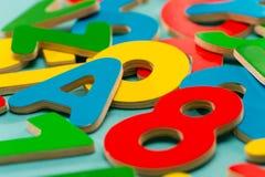 Farbige hölzerne Zahlen und Zeichen für Kinder Lizenzfreies Stockbild