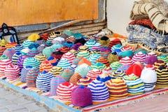 Farbige Hüte auf Markt in Essaouira marokko stockfotografie
