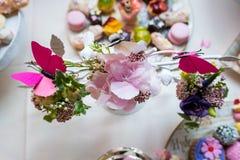 Farbige Hochzeitstafeleinstellung Blumen lizenzfreie stockfotografie