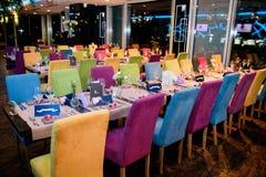 Farbige Hochzeitstafeleinstellung lizenzfreies stockfoto