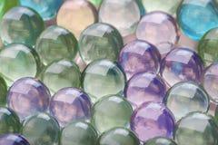 Farbige Hydrogelbälle mit glänzendem Licht auf ihnen Lizenzfreie Stockfotos