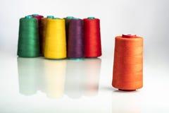 Farbige industrielle Spulen vereinbarten auf weißem Hintergrund stockbild
