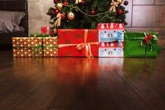 Farbige Kästen mit Geschenklinien bildeten von den Weihnachtsbäumen Lizenzfreies Stockbild
