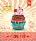 Farbige Karte mit kleinem Kuchen mit roter Kirsche, Bogen Lizenzfreie Stockfotos