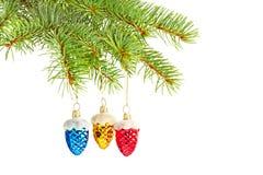 Farbige Kegel auf Weihnachtsbaum Stockbild