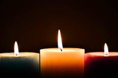 Farbige Kerzen mit Flamme stockfoto