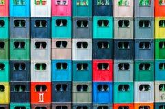 Farbige Kisten gestapelt Stockfotografie