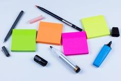Farbige klebrige Anmerkungen mit Stiften und Markierungen Lizenzfreies Stockbild