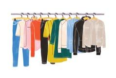 Farbige Kleidung oder Kleid, die an den Aufhängern auf dem Kleidergestell oder -schiene lokalisiert auf weißem Hintergrund hängt  lizenzfreie abbildung
