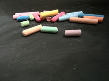 farbige Kreide auf einer Tafel mit offenem Raum für Text Lizenzfreie Stockfotos