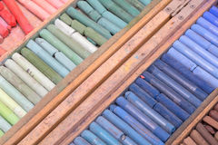 Farbige Kreiden in einem Kasten Stockfoto