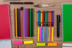 farbige Kreiden und Bleistifte auf einem hölzernen Hintergrund Lizenzfreie Stockfotos