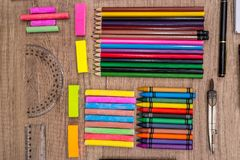 farbige Kreiden und Bleistifte auf einem hölzernen Hintergrund Lizenzfreies Stockbild