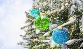 Farbige Kugeln auf dem Weihnachtsbaum Lizenzfreie Stockfotos