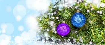Farbige Kugeln auf dem Weihnachtsbaum Stockfotografie
