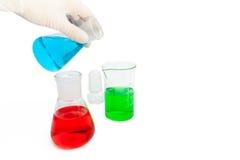 Farbige Lösung in den Laborflaschen Lizenzfreie Stockfotos