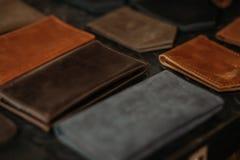 Farbige lederne Passhüllen und Geldbörsen auf dem Tisch Schwarzer Hintergrund Handgemachtes Konzept stockbilder