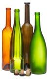 Farbige leere offene Weinflaschen und -korken Stockfotos
