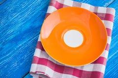 farbige leere Platte auf Serviette Lizenzfreie Stockbilder