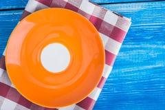 farbige leere Platte auf Serviette Stockfotos