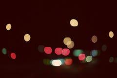 Farbige Lichter auf einer regnerischen Nacht Stockfotografie