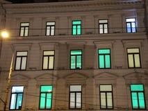 Farbige Lichter, die innerhalb der Fenster blinken stock video
