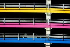 Farbige Linien in der Architektur einer Garage Stockbilder