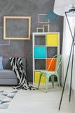 Farbige Möbel im Raum Stockfoto