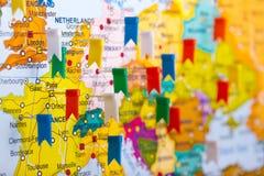 Farbige Markierungsfahnen auf der Karte von Europa Lizenzfreie Stockfotos