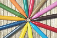 Farbige Markierungsstifte auf dem Tisch Lizenzfreie Stockfotografie