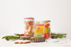 Farbige Marmelade und Plätzchen in den Gläsern für Geschenk Lizenzfreies Stockfoto
