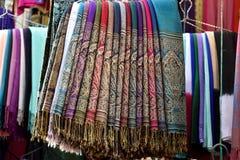 Farbige marokkanische Schals Stockfotos