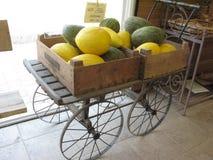 Farbige Melone in einer Holzkiste im Shop Stockfotografie
